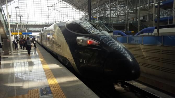 차세대 고속열차 해무는 설계 최고속도가 시속430㎞, 영업 최고속는 330㎞에 이른다. - 광명=이우상 기자 idol@donga.com 제공